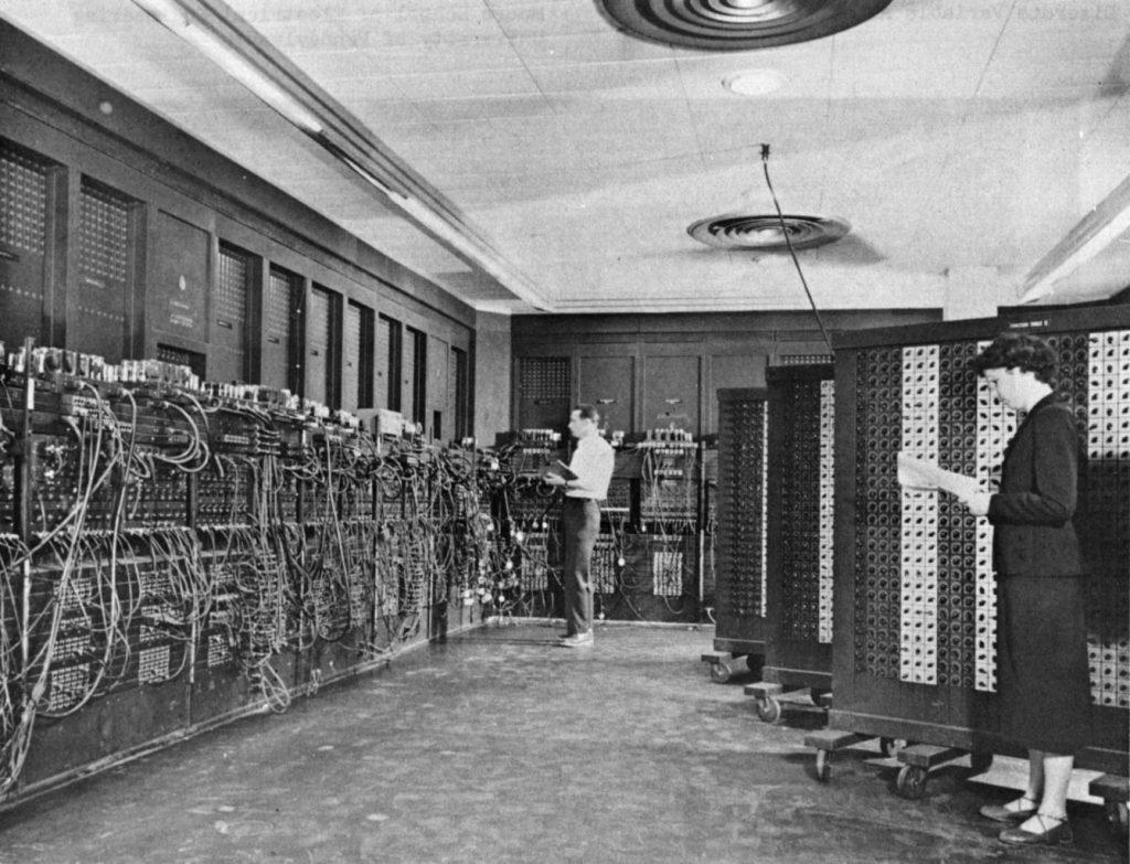 ENIAC komputer skonstruowany w latach 1943-1945 przez J.P. Eckerta i J.W. Mauchly'ego na Uniwersytecie Pensylwanii w USA za Wikimedia Commons
