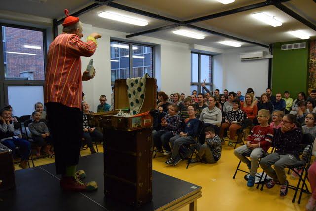 Klaun Felix w zabawie z dziećmi